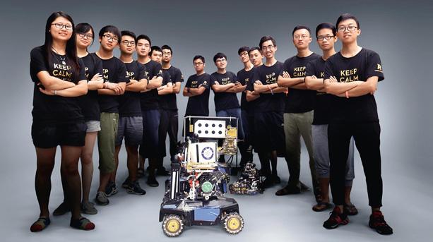 """被郭李浩称为""""宇宙队""""的电子科技大学机器人队最终夺得此次Robomasters大赛冠军。电科大是机器人大赛的传统强队,从2002年第一届Robocon就开始参加。如今已经成为学校电子机械工程学院副院长的骆德渊回忆,学校刚建立机器人队的最初那几年,他带着学生参加Robocon比赛,大部分参赛学校都没听说过电子科技大学。他说:""""学校名字很低调,人家以为是我们三本或者专科,那时候我们做的机器人确实很一般。""""深圳的夏天闷热,骆德渊身材不高,穿得很随便,凉鞋短裤,"""